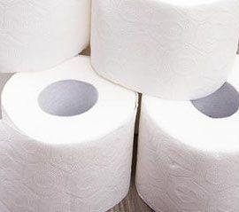 خشک کردن ناحیه تناسلی با حوله های سفید نخی به توصیه بهترین متخصص زنان در شیراز